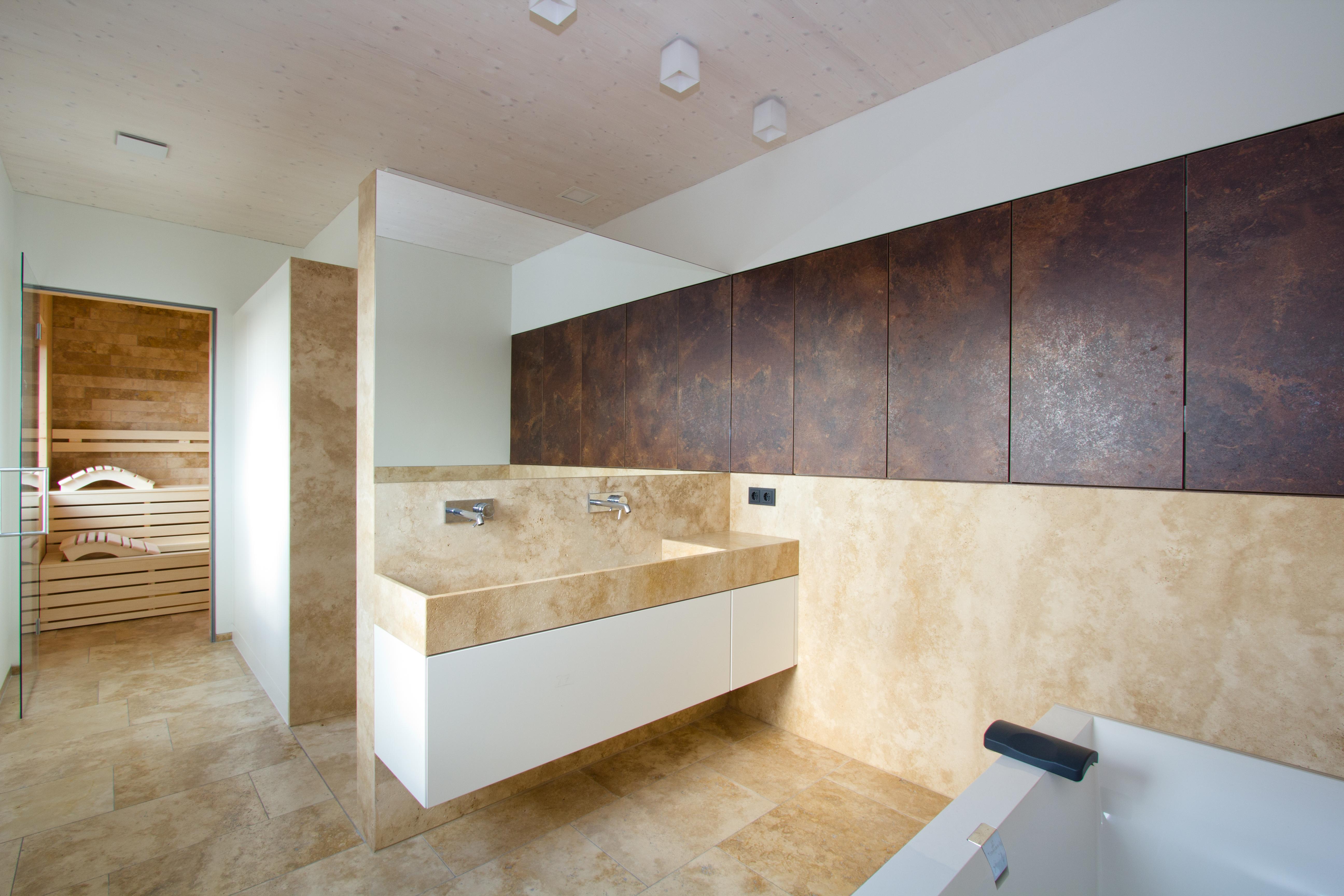 modernes bad mit travertin steinbecken mauthausen. Black Bedroom Furniture Sets. Home Design Ideas