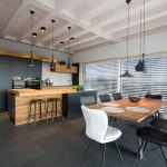 Küche schwarz mit Altholz