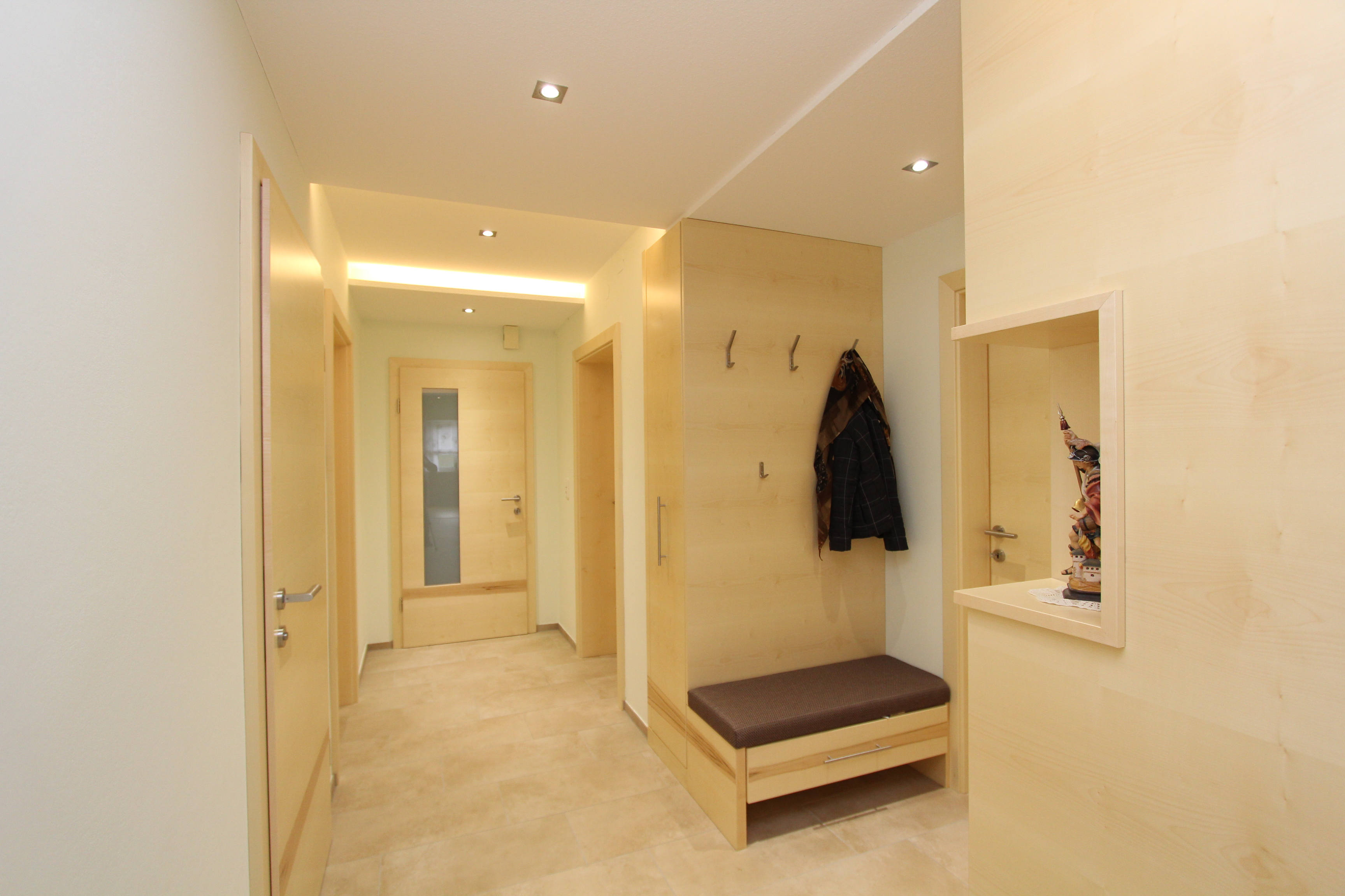 moderner vorraum in ahorn listberger tischlerei. Black Bedroom Furniture Sets. Home Design Ideas