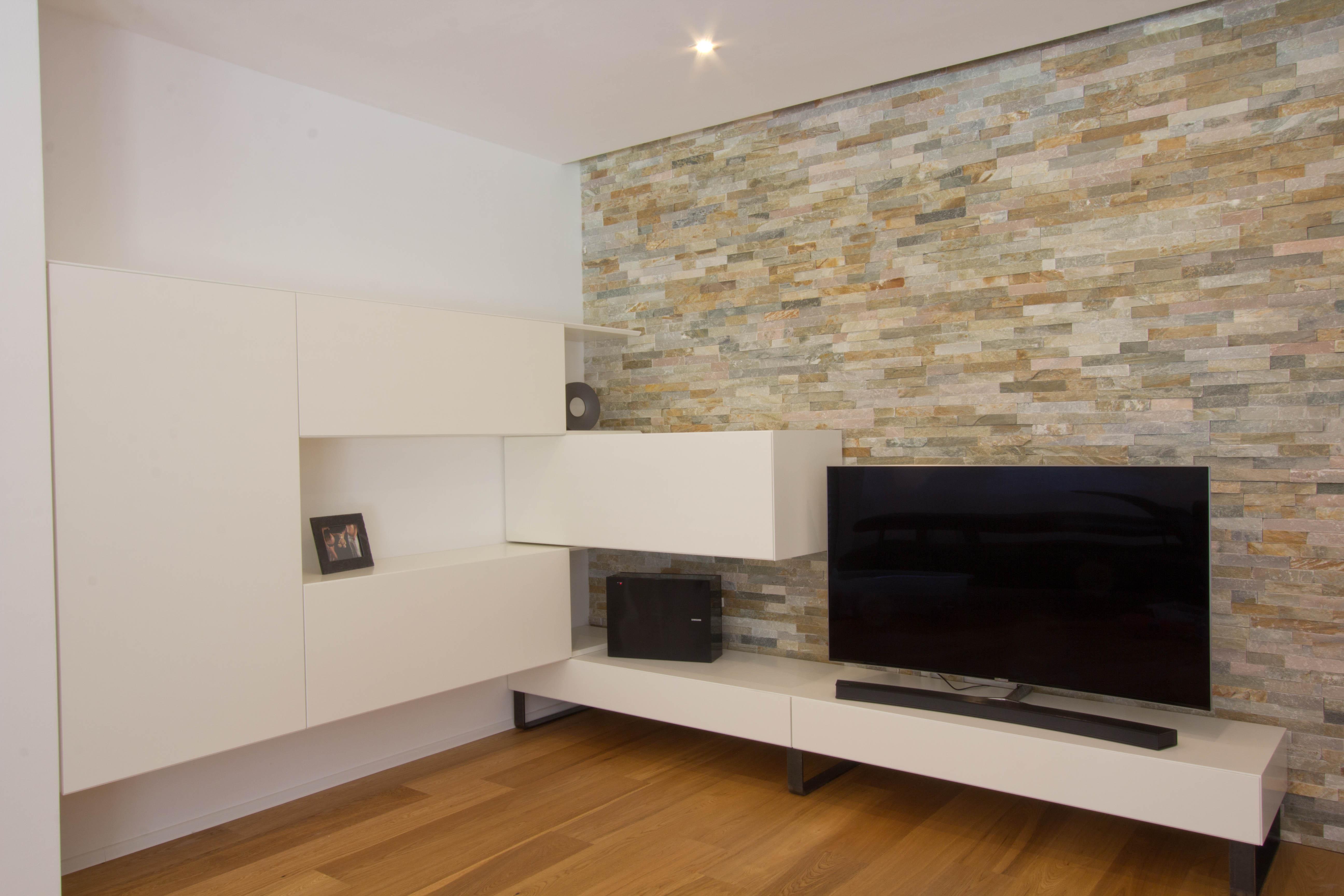 Wohnzimmer mit Stein Wohnwand - Listberger Tischlerei