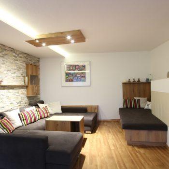 wohnzimmer-eiche-steinwand-eferding-1.jpg